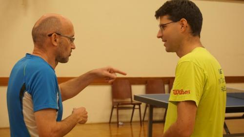 Thomas und Gerhard besprechen die Taktik